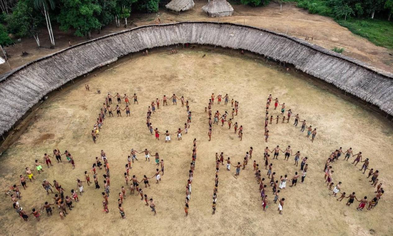 Yanomamis se unem para 'escrever' o recado da campanha, em uma aldeia do território no Norte do país Foto: Victor Moriyama / ISA