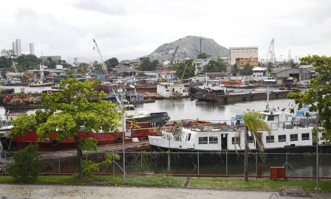 Canal de São Lourenço virou um cemitério de embarcações, com dezenas de carcaças abandonadas Foto: Fábio Guimarães / Agência O Globo