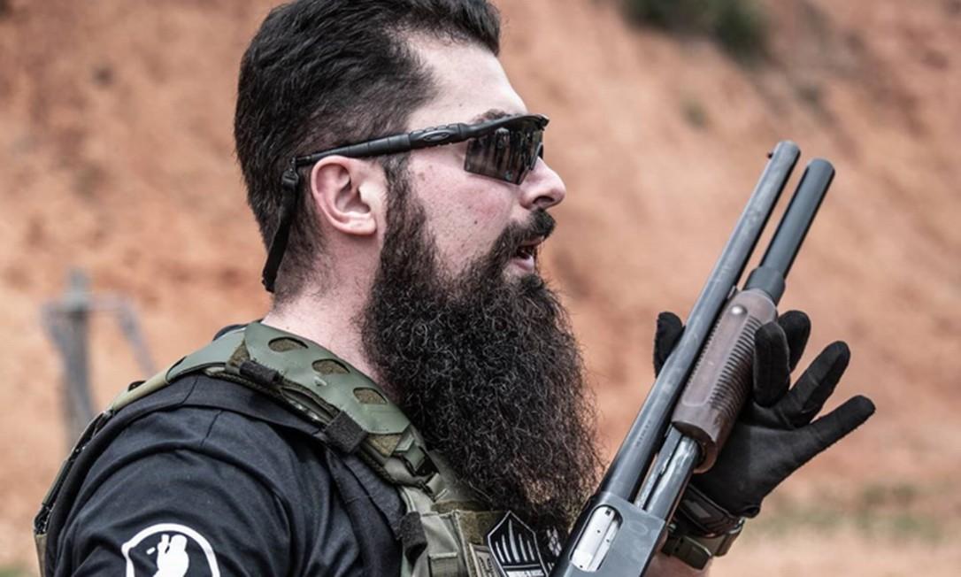 Paulo Bilynskyj, que além de delegado é instrutor de tiros e faz sucesso na internet Foto: Reprodução