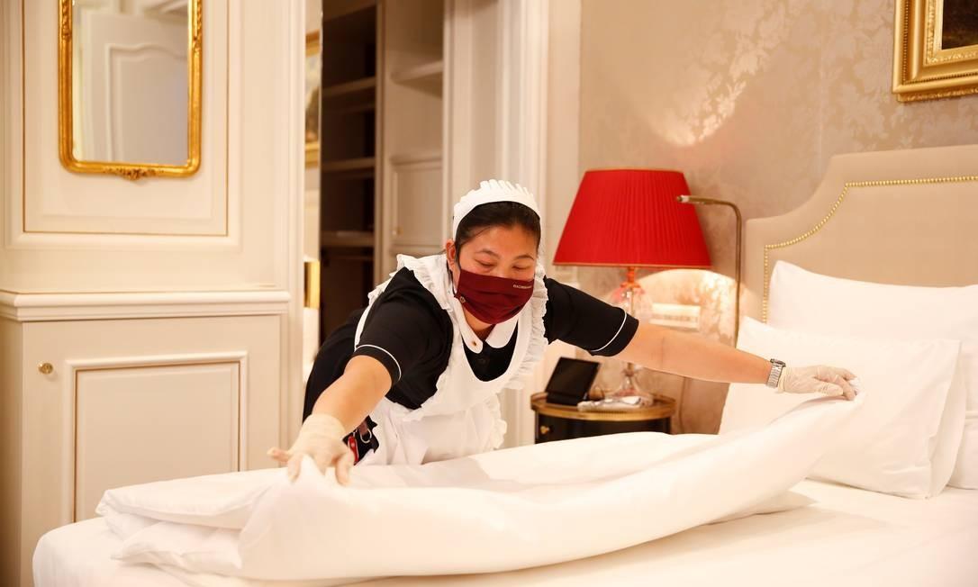 Camareira arrumando a cama de um dos quartos do hotel Sacher, em Viena Foto: Leonhard Foeger / Reuters