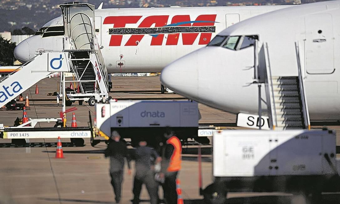 Empresas começaram a rever planos para números de voos e de tripulantes nos próximos meses Foto: Ueslei Marcelino/Reuters