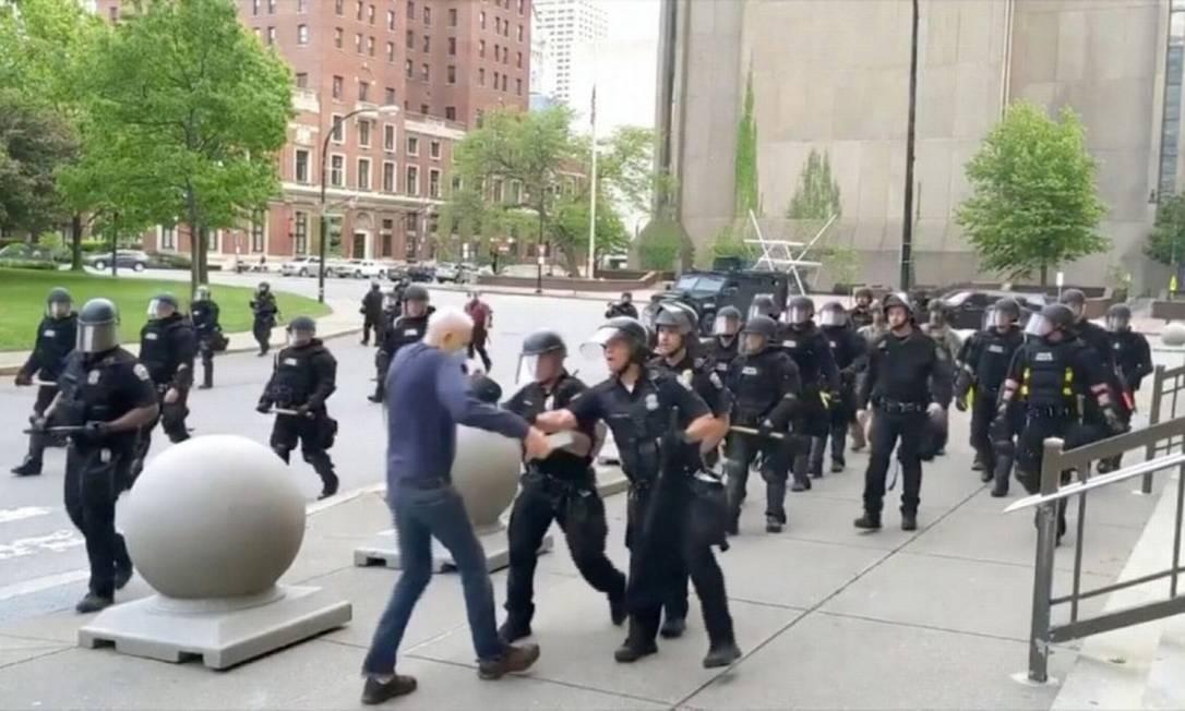 Captura de tela mostra idoso sendo empurrado por policiais durante protesto em Buffalo Foto: WBFO / VIA REUTERS TV