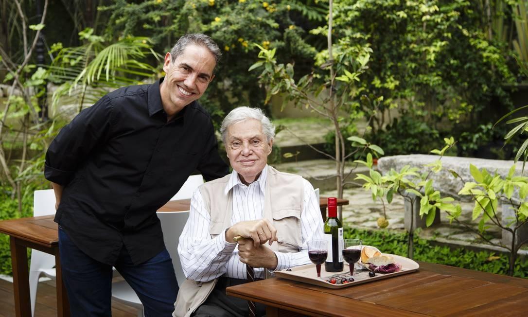 Carlos Lessa e o filho Pedro, na inauguração do complexo gastronômico Marré de Si. Foto: Fernando Lemos / Agência O Globo
