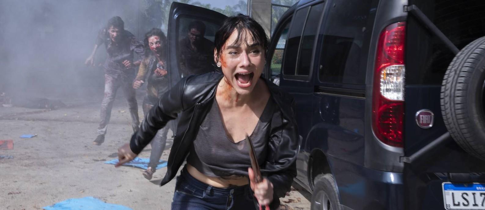 A protagonista Nina (Ana Hartmann) corre de ataque zumbi em 'Reality Z', nova série da Netflix Foto: SUZANNA TIERIE/NETFLIX