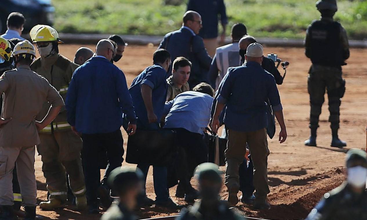 Bolsonaro recebe ajuda para se levantar após queda Foto: Jorge William / Agência O Globo