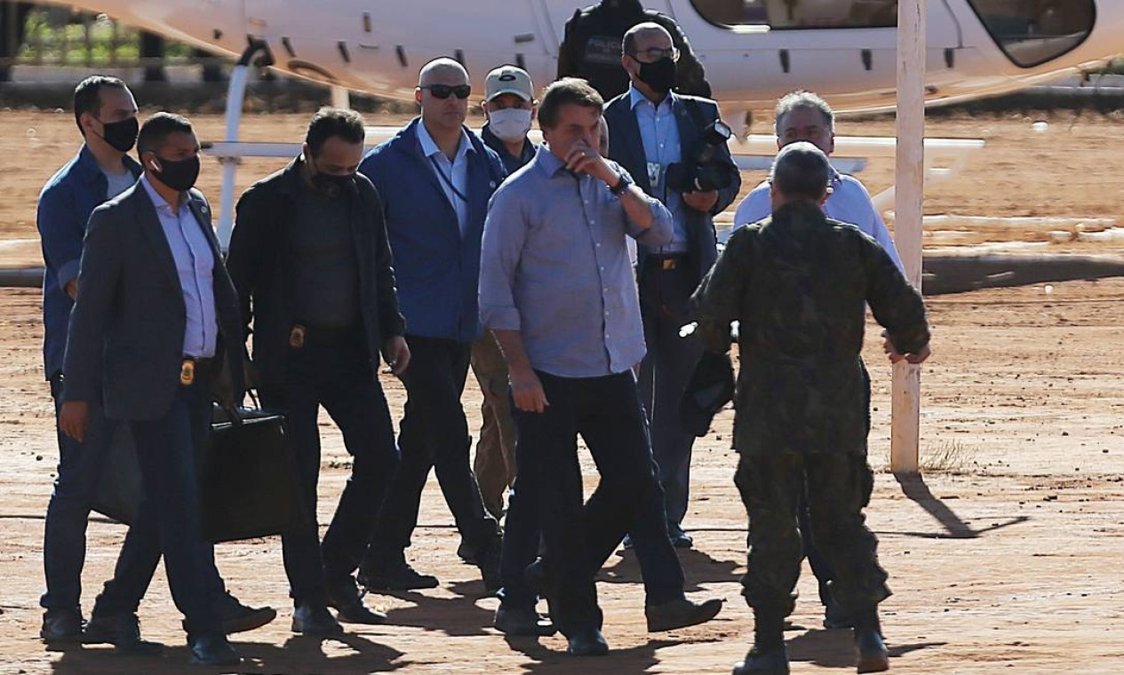 Presidente Jair Bolsonaro desembarca em Águas Lindas, Goiás, para inaugurar, com atraso de 40 dias, o hospital de campanha do governo federal com 200 leitos para combater a pandemia da Covid-19 Foto: Jorge William / Agência O Globo