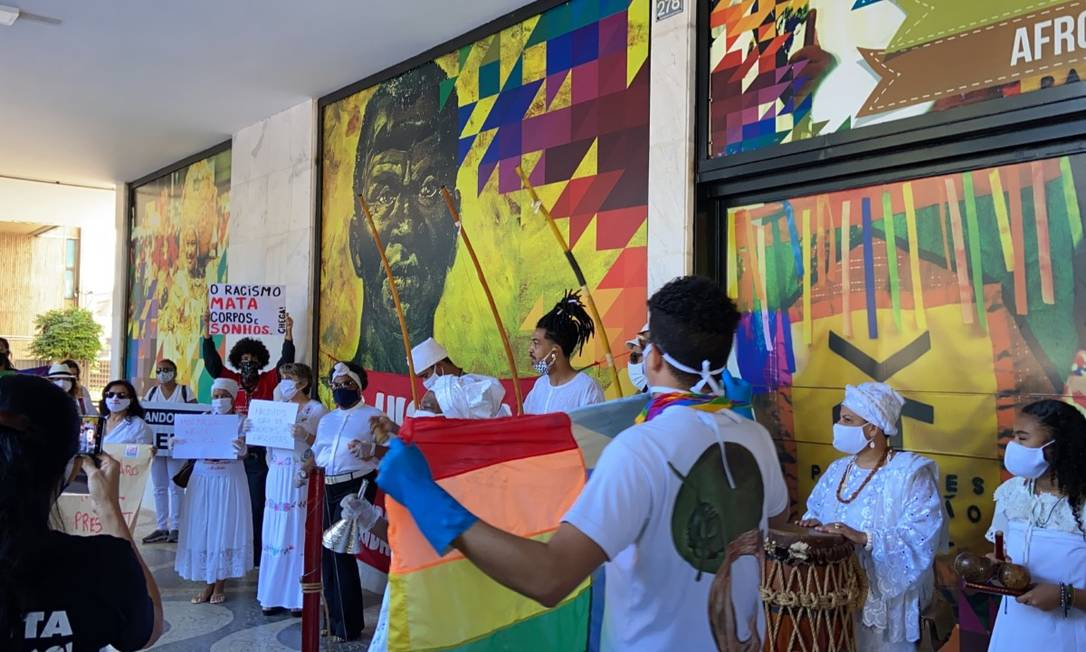 Manifestação contra Sergio Camargo em frente à sede da Fundação Palmares, em Brasília Foto: Washington Luiz - O Globo