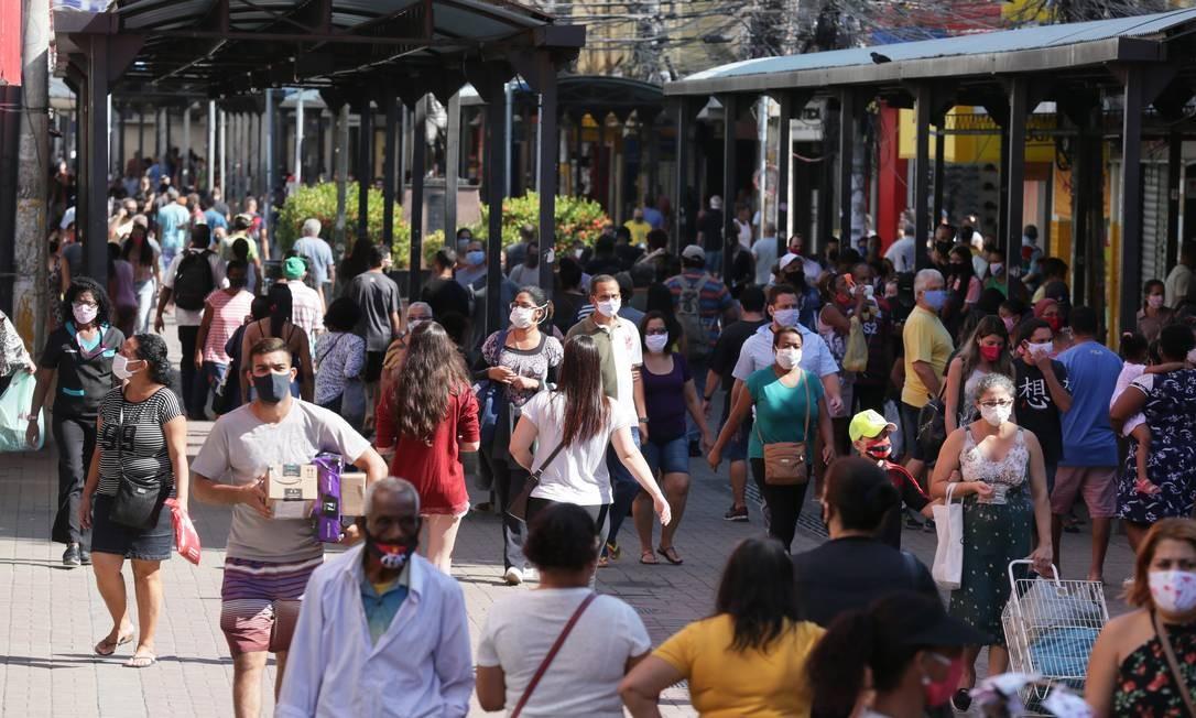 Aglomeração de pessoas no calçadão no centro de Duque de Caxias em frente a Praça do Relogio Foto: Cléber Júnior / Agência O Globo