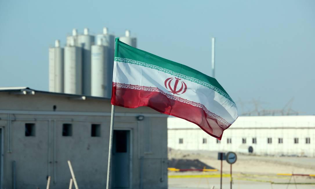 Bandeira iraniana na usina nuclear de Bushehr, no Irã Foto: ATTA KENARE / AFP