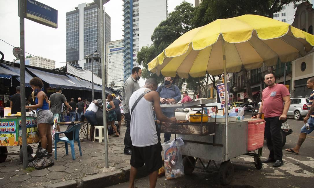 Ambulantes trabalham na Rua Urugauiana, no Centro do Rio, na última sexta-feira Foto: Leo Martins / Agência O Globo