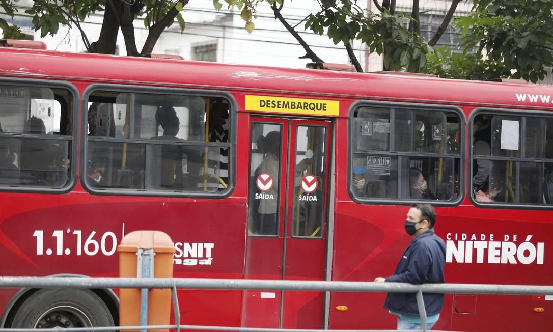 Ônibus do consórcio Transnit na Alameda São Boaventura: redução da frota durante a pandemia tem provocado aglomerações nos coletivos. Foto: FABIANO ROCHA / Agência O Globo