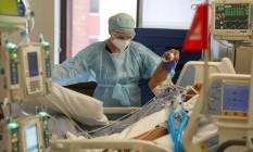 A co-diretora da unidade de terapia intensiva do Centro Médico Dignity Health California da CommonSpirit Health, médica Zafia Anklesaria, de 35 anos, grávida de sete meses, atende uma paciente com Covid-19. Foto: Lucy Nicholson / REUTERS