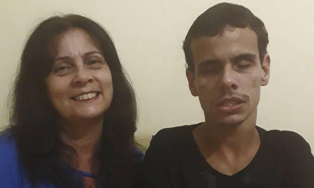 Ajuda na hora certa. A dona de casa Anna Franca e o filho Rodrigo Ottavio Foto: Arquivo pessoal