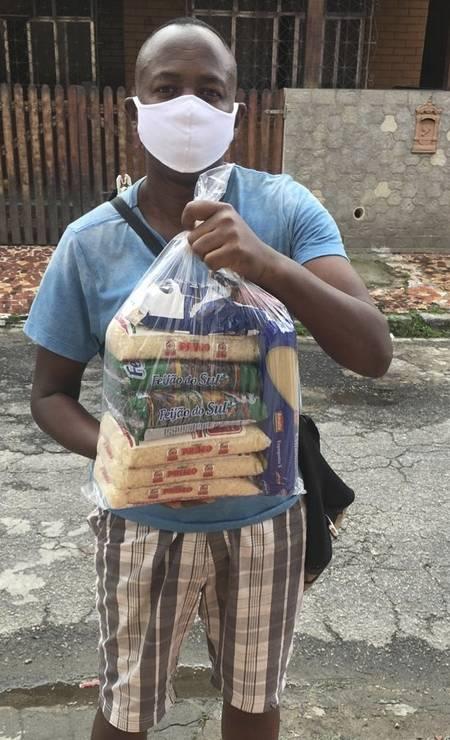 Redentor solidário. Morador de comunidade recebe cesta básica do Santuáriodo Cristo Foto: Divulgação