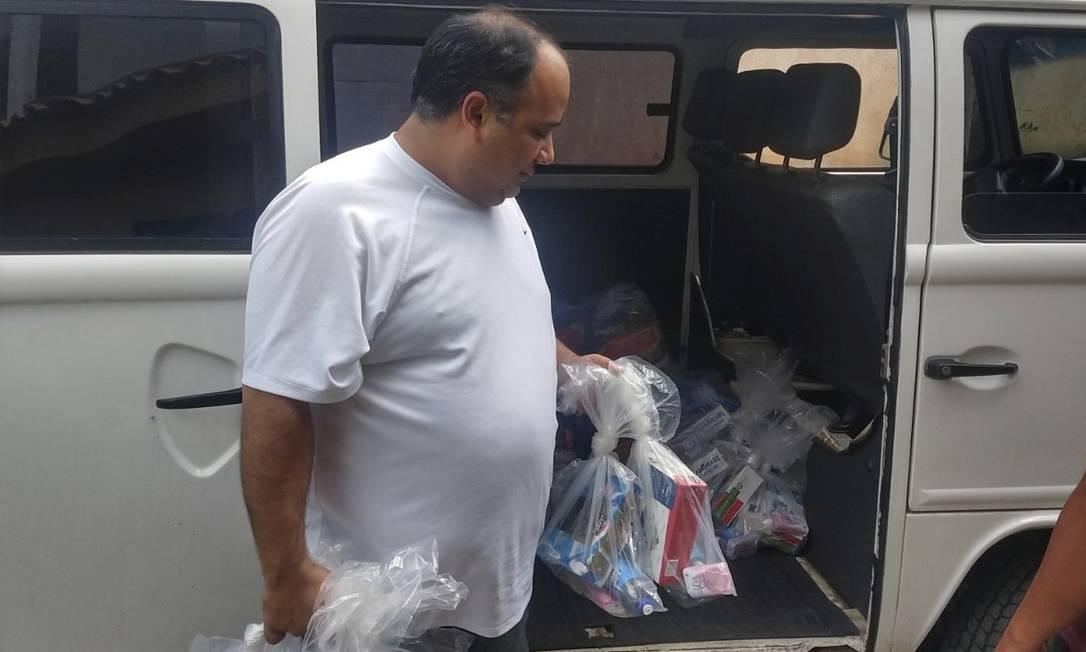 Presente. Padre Omar faz questão de acompanhar as entregas das doações Foto: Divulgação