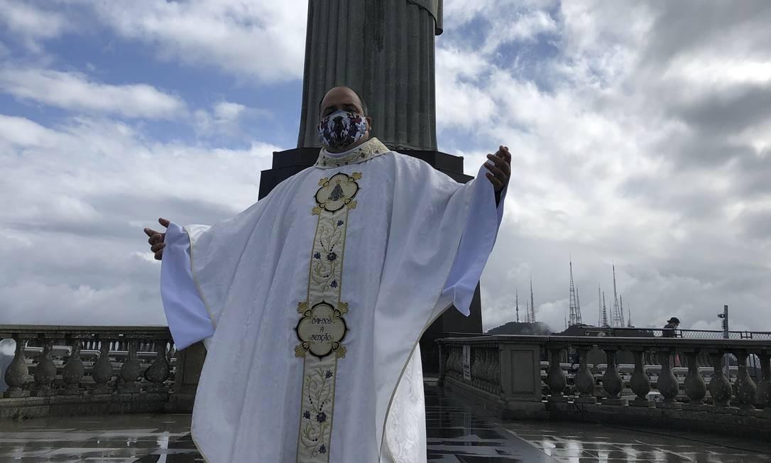 Mãos estendidas. Padre Omar, reitor do Santuário Cristo Redentor, está à frente das ações beneficentes Foto: Divulgação/Alini Simi/Santuário Cristo Redentor