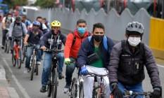 Moradores de Bogotá, na Colômbia, passaram a usar mais bicicletas durante o isolamento para evitar possíveis contágios; cidade ampliou ciclovia em 80 km Foto: RAUL ARBOLEDA / AFP