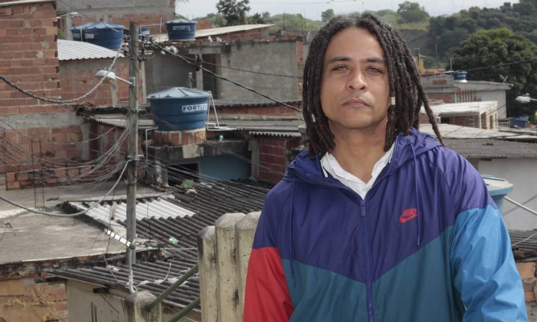 Jef Rodriguez. O músico baiano, formado em Arte pela UFF, no Morro do Palácio, onde atua em oficinas do Maquinho Foto: xxx / Divulgação/Josemias Moreira Filho