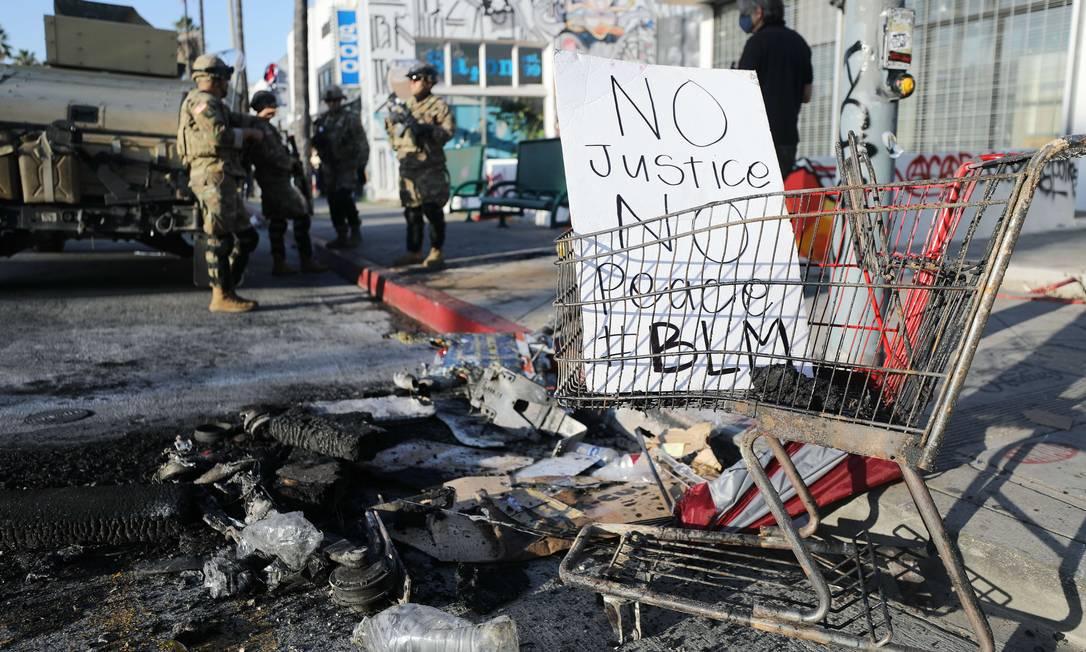 """Cartaz em Los Angeles onde se lê """"Sem Justiça, Sem Paz"""", durante protesto contra o racismo nos EUA Foto: MARIO TAMA / AFP"""