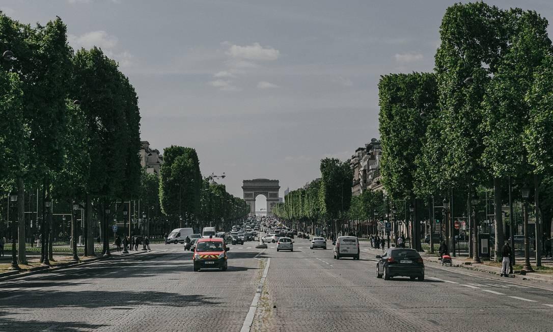 A Champs-Élysées, com o Arco do Triunfo ao fundo, um cartão-postal de Paris Foto: Andrea Mantovani / The New York Times