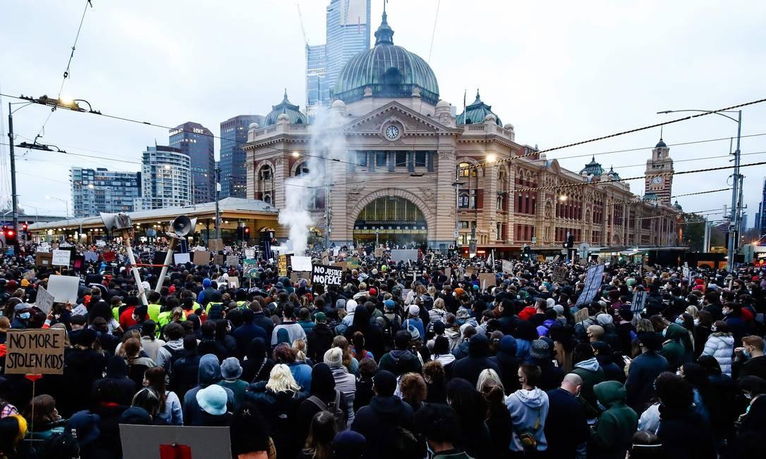 Multidão nas ruas de Melbourne, na Austrália Foto: CON CHRONIS / AFP