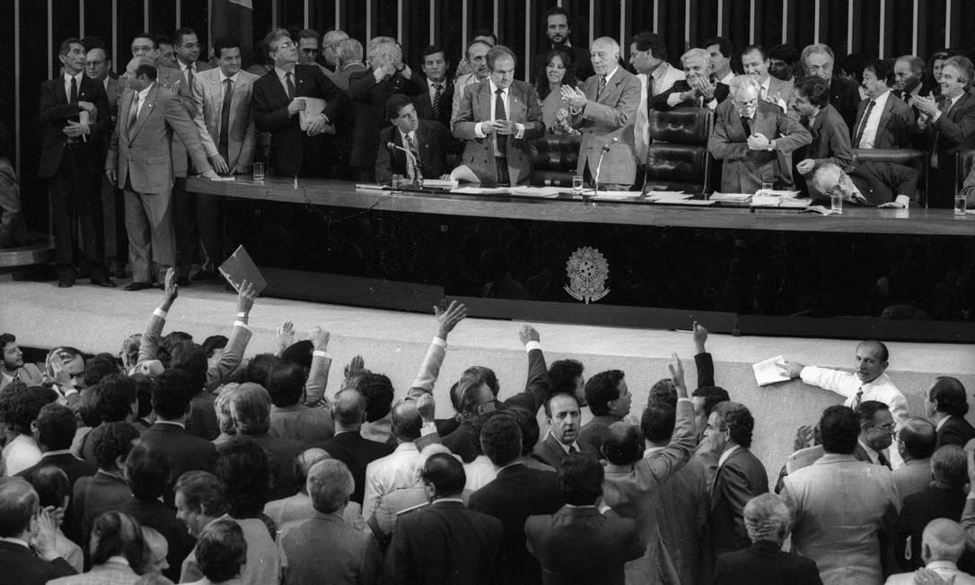 Ulysses Guimarães encerra a última sessão da Assembléia Nacional Constituinte e retribui os aplausos do plenário Foto: Jamil Bittar / Agência O Globo/22-09-1988