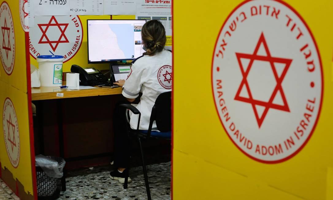 Funcionária do Sheba Medical Center Hospital, perto de Tel Aviv, em 1º de junho de 2020 Foto: GIL COHEN-MAGEN / AFP