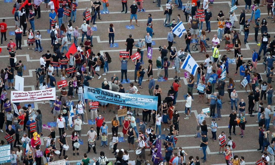 Manifestantes na Praça Rabin, em Tel Aviv, se manifestam contra plano de anexação de territórios da Cisjordânia Foto: JACK GUEZ / AFP