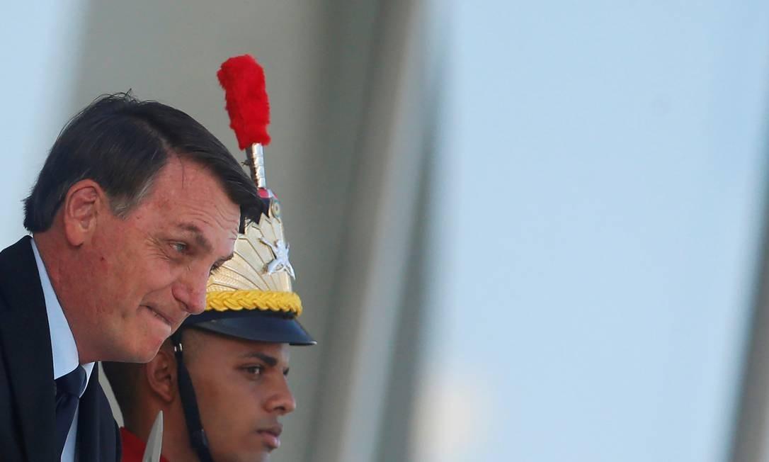 Bolsonaro na rampa do Palácio do Planalto: oposição quer que governo federal divulgue boletins sobre coronavírus até o final da tarde Foto: Adriano Machado / REUTERS