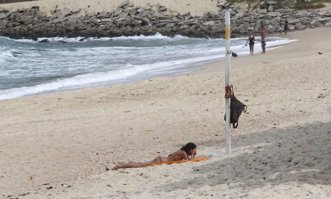 No Leblon, a falta de policiamento permitia até que algumas pessoas estendessem a canga e tomassem sol, sozinhos ou em duplas, deitados e sem máscaras no rosto. Foto: Fabio Rossi/Agência O Globo