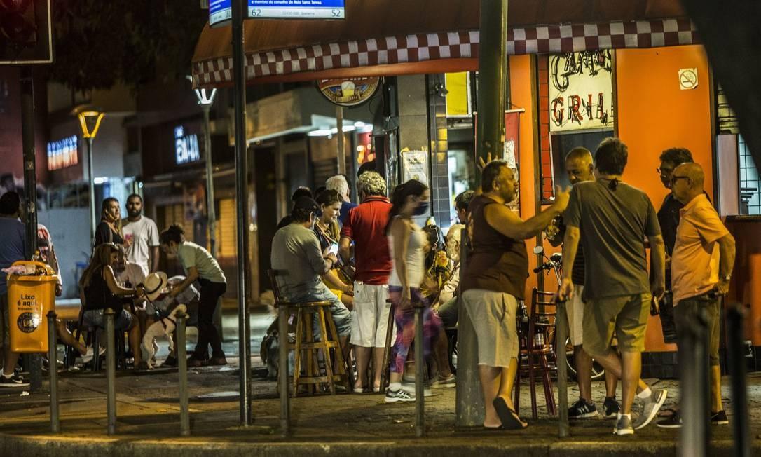 Apesar da coletiva com o prefeito Marcelo Crivella ter acontecido no início da tarde, a noite alguns bares funcionaram normalmente. Na foto, um bar na esquina da Rua Farme de Amoedo, em Ipanema Foto: Guito Moreto / Agência O Globo
