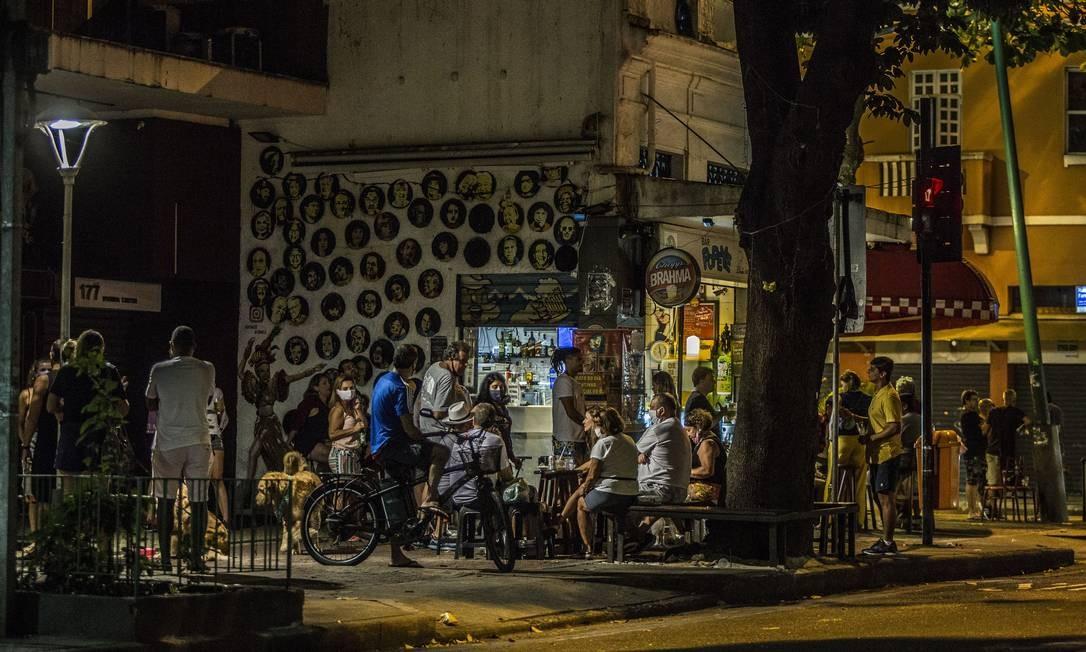 """Crivella reforçou ainda para que os comerciantes não abram as portas neste domingo, dia 7. """"Pedimos para que nao abram o comércio e aguardem a reunião. E se forem notificados, por favor, fechem as portas """", justificou. Na foto, outro bar movimentado em Ipanema, na Rua Visconde de Pirajá Foto: Guito Moreto / Agência O Globo"""