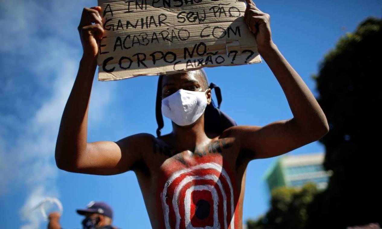 Jovem participa de ato em Brasília contra o governo, o racismo e de apoio à democracia Foto: ADRIANO MACHADO / REUTERS
