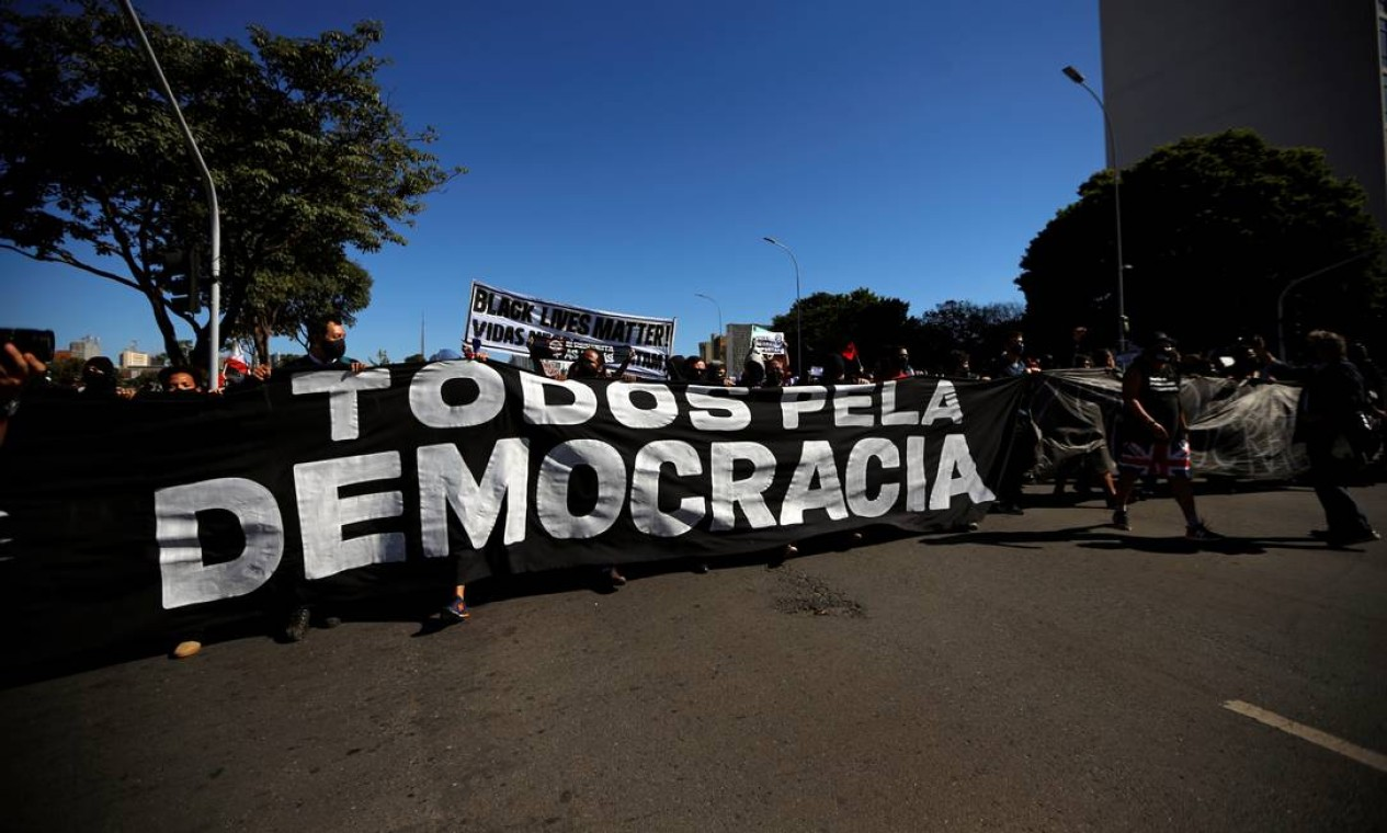 """Manifestantes carregam uma faixa com a inscrição """"Todos pela democracia"""" durante protesto contra o presidente Jair Bolsonaro, Brasília Foto: ADRIANO MACHADO / REUTERS"""