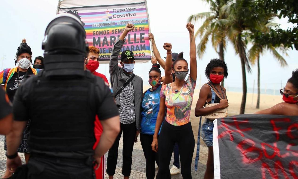 No Rio, manifestantes se reúnem na praia de Coapcabana em ato contra o racismo e o governo Bolsonaro Foto: PILAR OLIVARES / REUTERS