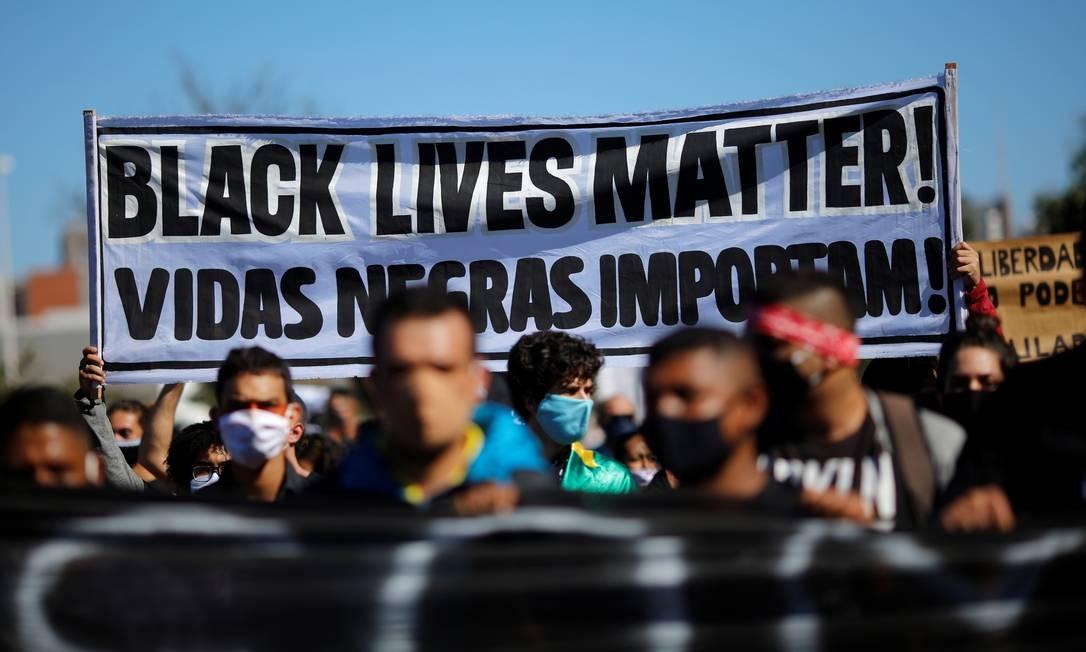 """Grupo exibe um faixa com a inscrição """"Vidas negras importam"""" durante manifestação em Brasília contra o racismo. Concentração teve início às 9h em frente à Biblioteca Nacional, a poucos quilômetros do Palácio do Planalto Foto: ADRIANO MACHADO / REUTERS"""