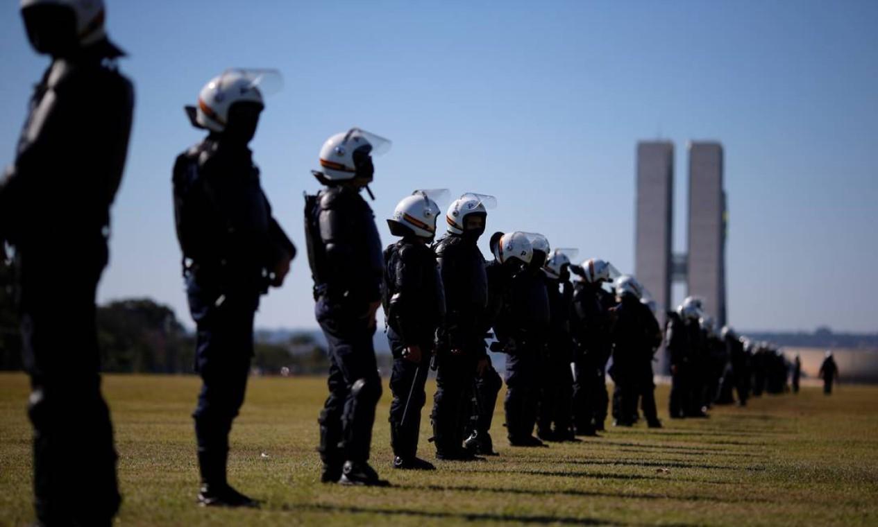 Policiais, de guarda, acompanham as manifestações em Brasília Foto: ADRIANO MACHADO / REUTERS