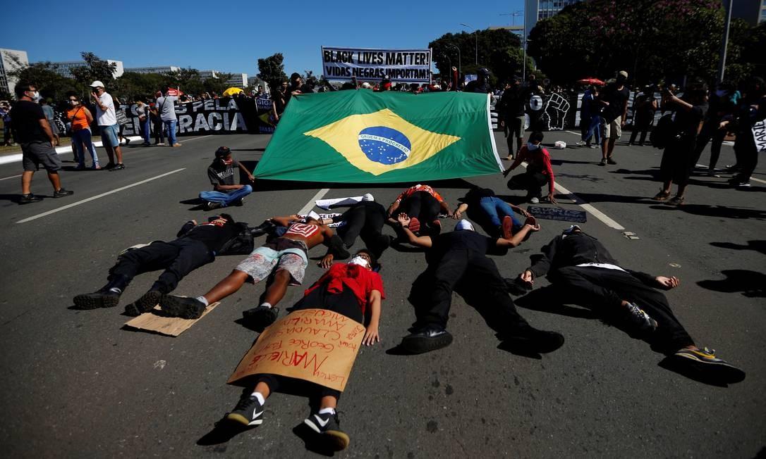 As pessoas se deitam no chão durante uma manifestação contra o presidente Bolsonaro Foto: ADRIANO MACHADO / REUTERS