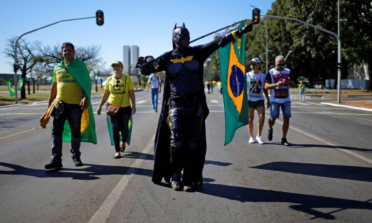 Em menor número, os defensores do presidente também fazem ato na Esplanada, na manhã deste domingo Foto: ADRIANO MACHADO / REUTERS