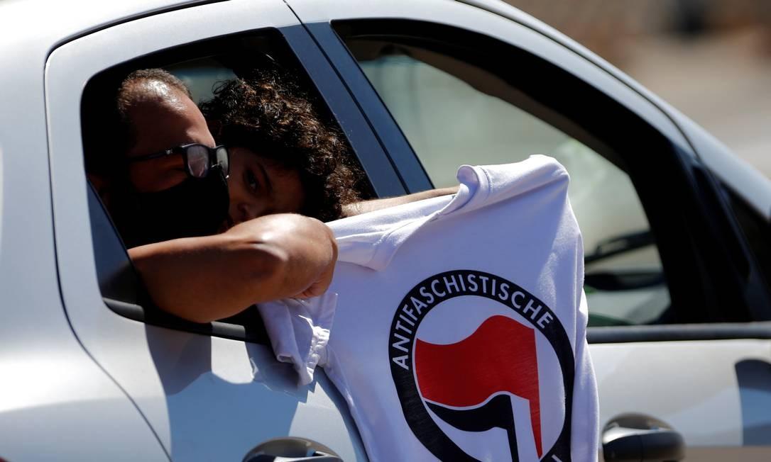 Manifestantes exibem camiseta antifascista durante manifestação contra o presidente Jair Bolsonaro, racismo e apoio à democracia em Brasília Foto: ADRIANO MACHADO / REUTERS