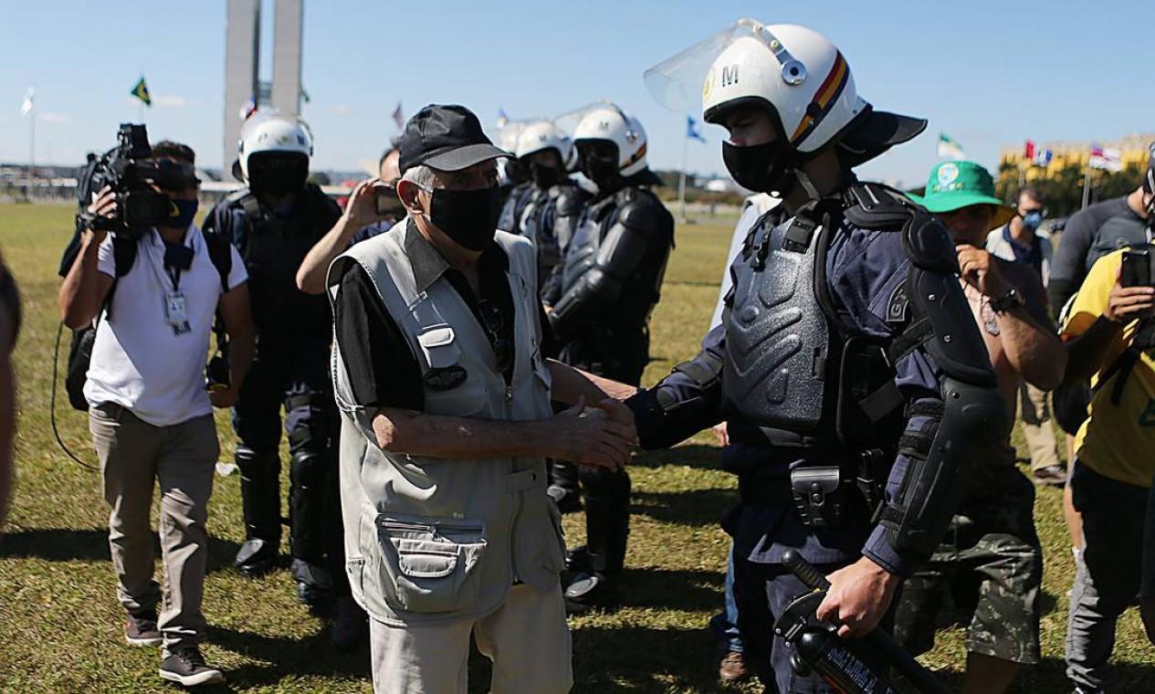 O ministro do Gabinete de Segurança Institucional (GSI), Augusto Heleno, esteve na Esplanada e cumprimentou os policiais que acompanhavam as manifestações Foto: Jorge William / Agência O Globo