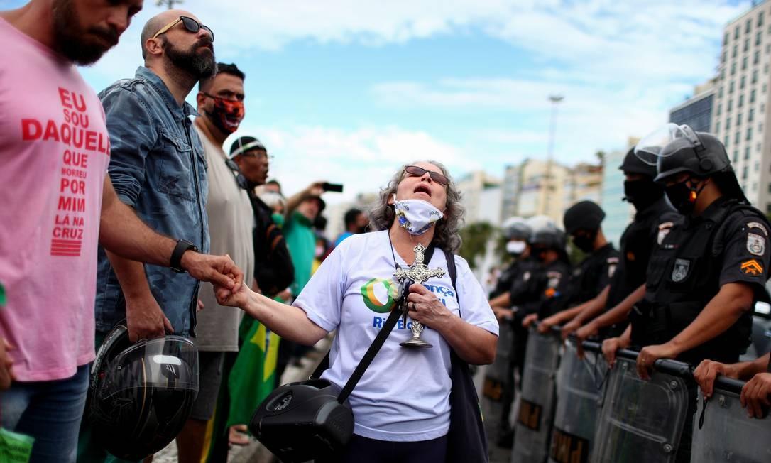 Manifestação de apoiadores de Bolsonaro em Copacabana, no Rio Foto: PILAR OLIVARES / REUTERS