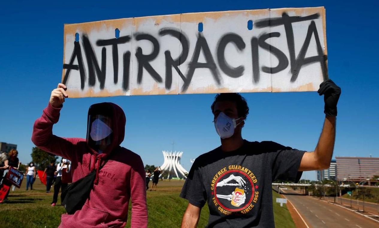 Manifestantes contra o racismo ocpuam a Esplanada durante protesto contra o governo Bolsonaro Foto: SERGIO LIMA / AFP