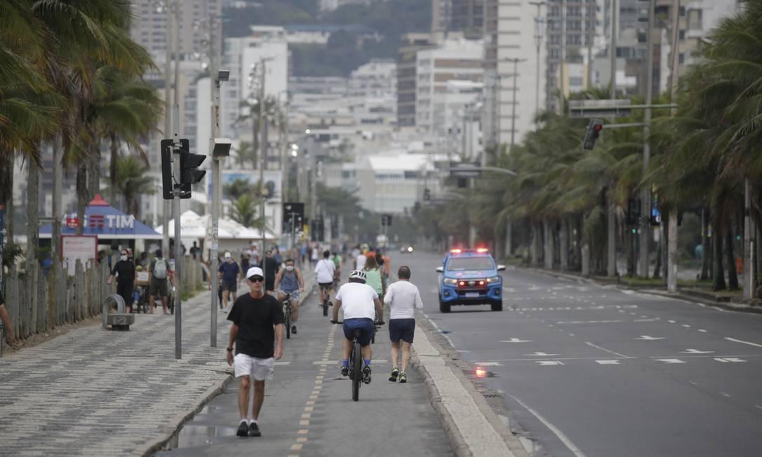Pessoas caminham na orla neste domingo, o primeiro após flexibilizações do município e do estado Foto: Marcia Foletto / Agência O Globo