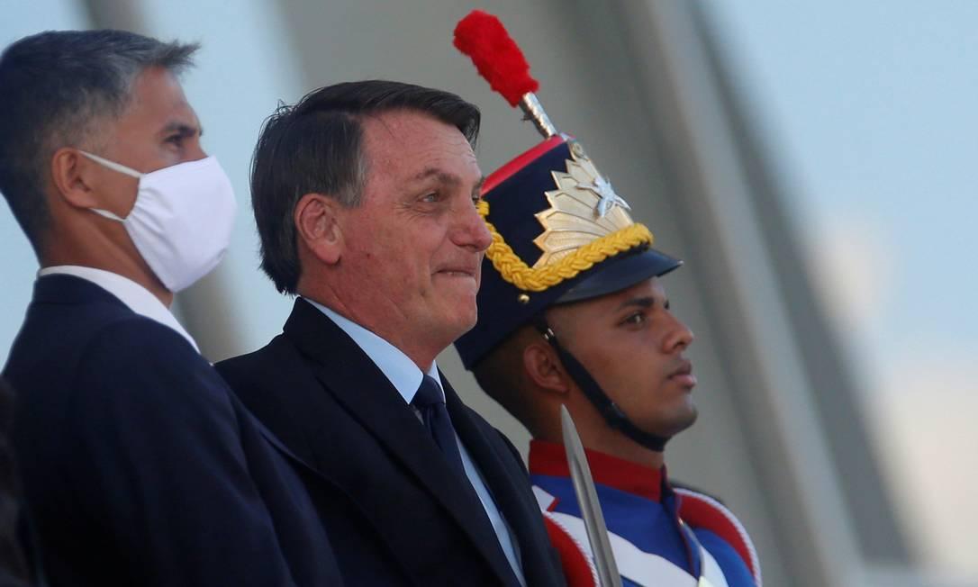 Jair Bolsonaro saúda apoiadores na rampa do Palácio do Planalto na sexta-feira, 5 de junho Foto: ADRIANO MACHADO / REUTERS