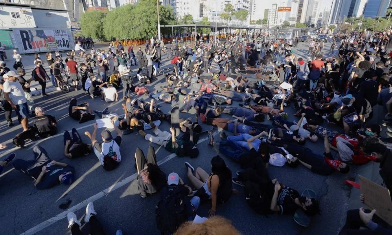 Manifestantes antirracismo e contra governo Bolsonaro ocupam o Largo da Batata, em São Paulo Foto: Edilson Dantas / Agência O Globo