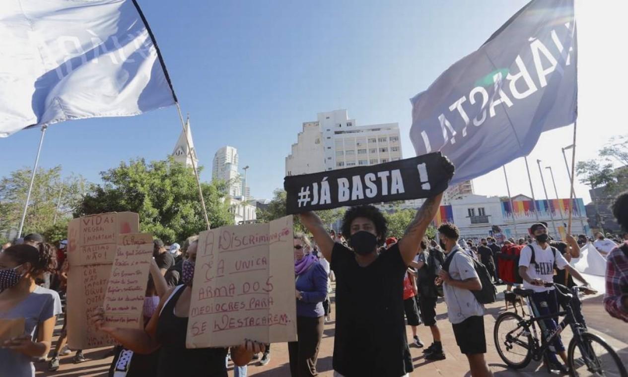 Manifestantes antirracismo e contra governo Bolsonaro ocupam o Largo da Batata, em São Paulo Foto: Agência O Globo