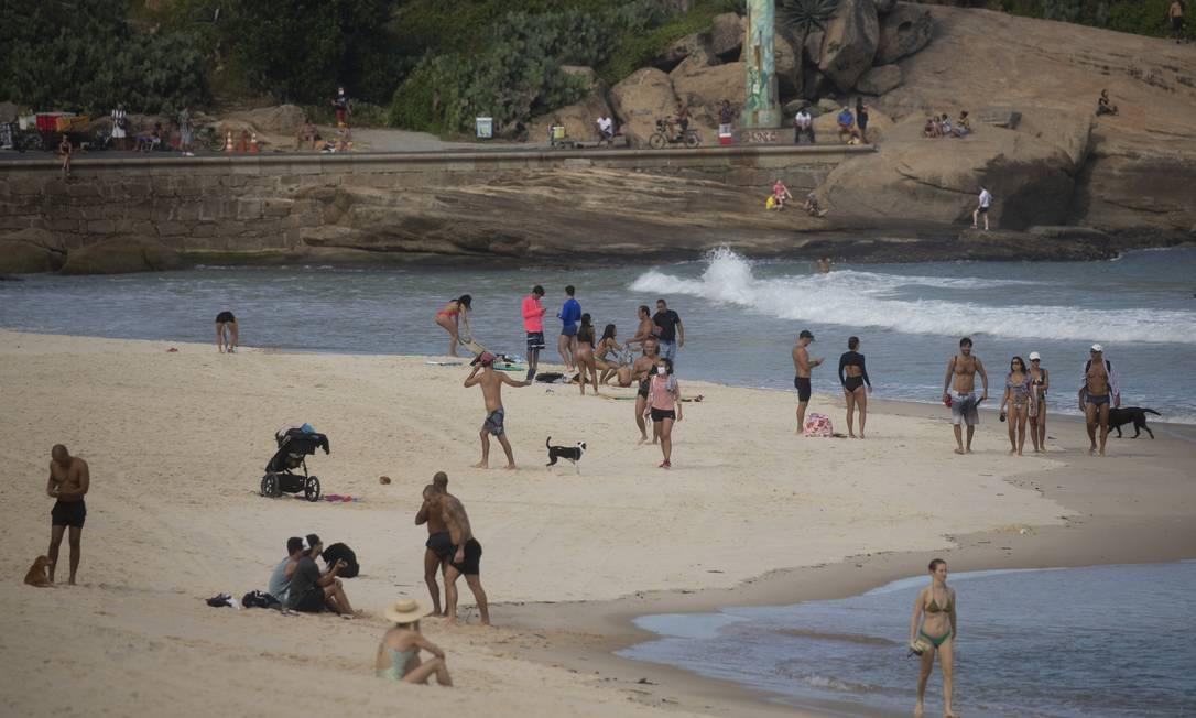 Apesar da proibição de ficar na areia, a praia do Arpoador ficou cheia Foto: Márcia Foletto / Agência O Globo