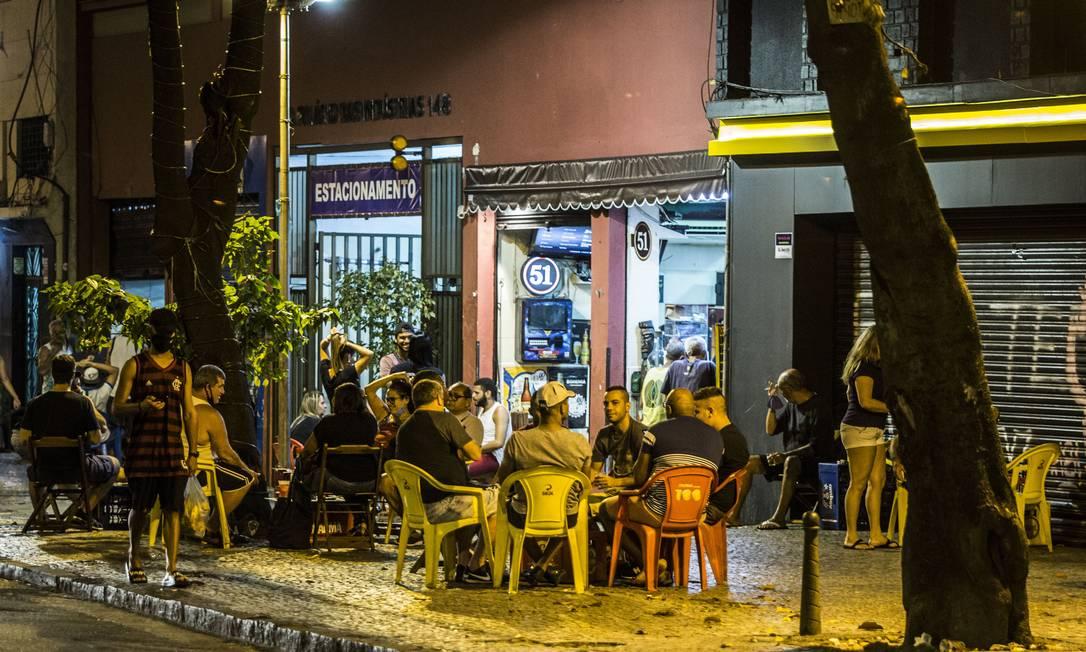 Bar na Lapa, no Rio, cheio após reabertura de atividades pelo governador Foto: Guito Moreto / Agência O Globo