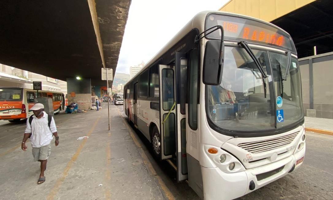 Um dos principais terminais rodoviários da Baixada, em Nova Iguaçu, teve poucos passageiros nesta manhã Foto: Cléber Júnior / Agência O Globo